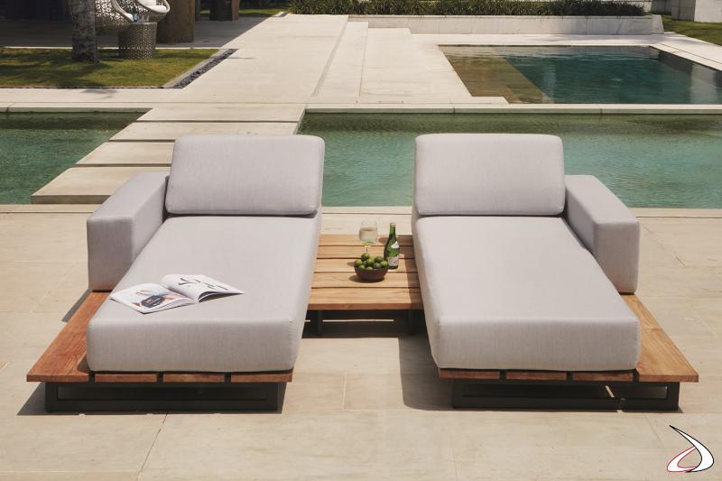 Chaise longue imbottite di design da bordo piscina con pianale in legno teak
