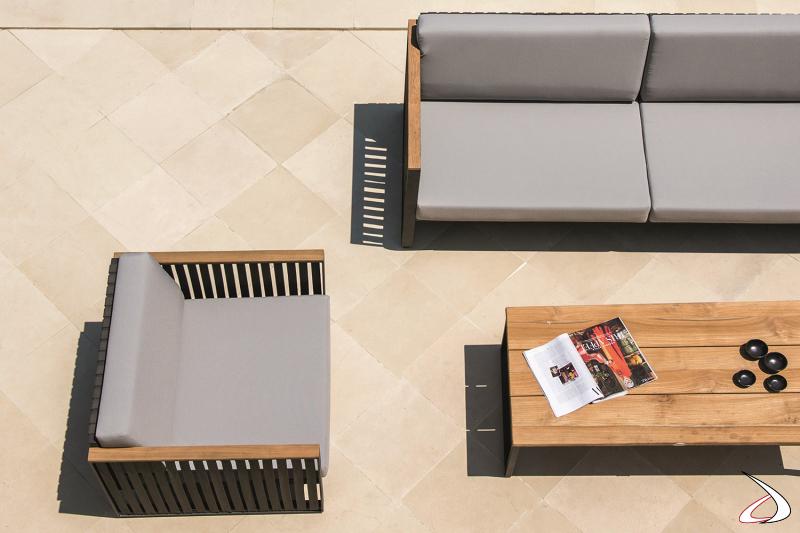 Divano e poltrona da esterno di design con cuscini imbottiti e struttura in alluminio rivestita con cinghie