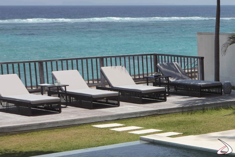 Lettino prendisole per bordo piscina con schienale regolabile e struttura in alluminio rivestita con cinghie