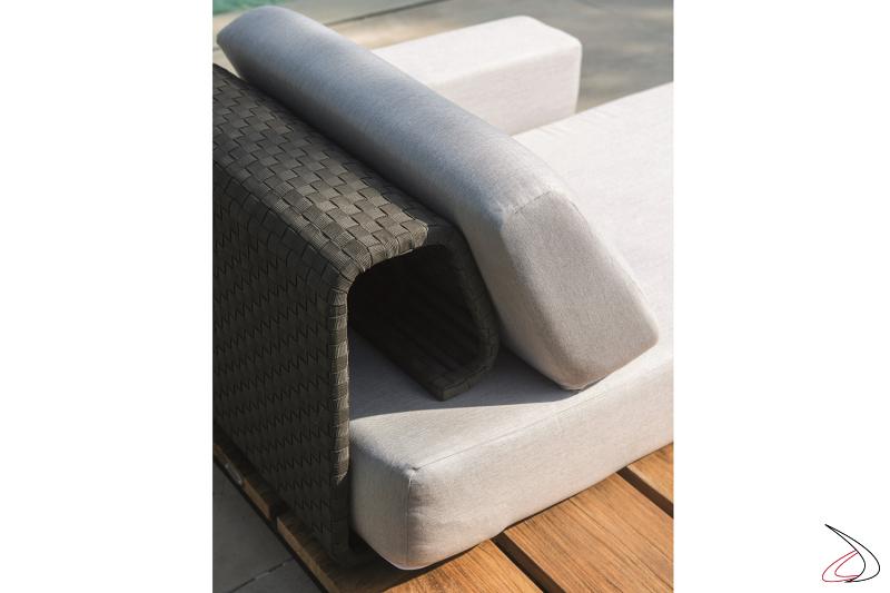 Chaise longue di design imbottita con piano in teak e struttura in alluminio intrecciato