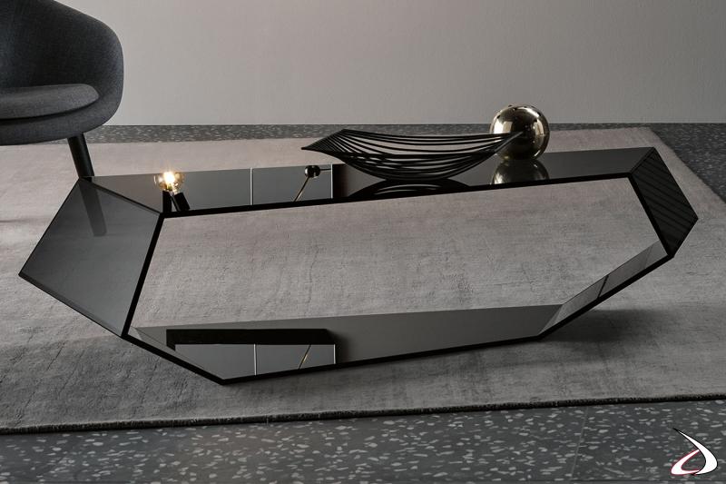 Tavolino moderno dal design ricercato, in vetro temperato fumé dagli angoli continui che danno continuità e carattere all'arredo.