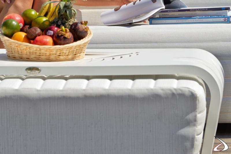 Pouf in tessuto tecnico bianco e tavolino grande in alluminio traforato bianco