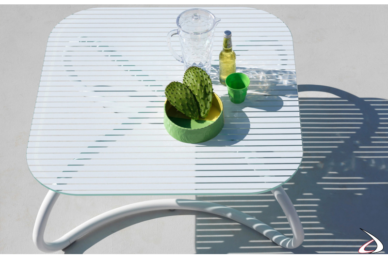 Tavolino di design per bordo piscina con piano in vetro
