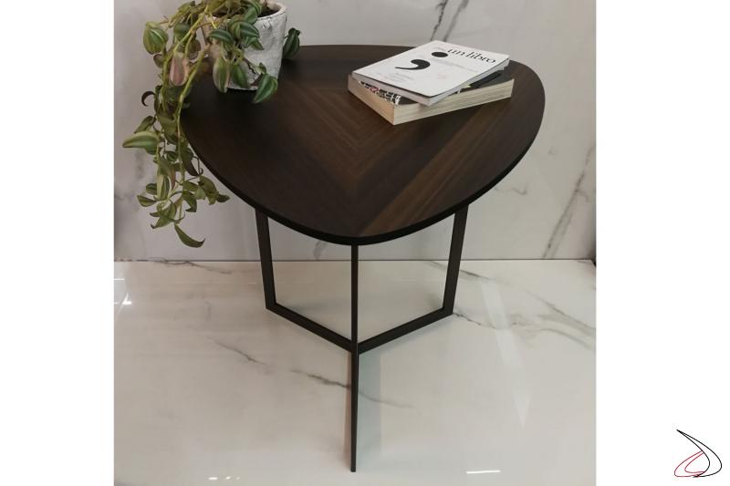 Tavolino Helice linea minimalista e moderna con piano in eucalipto e struttura in metallo.