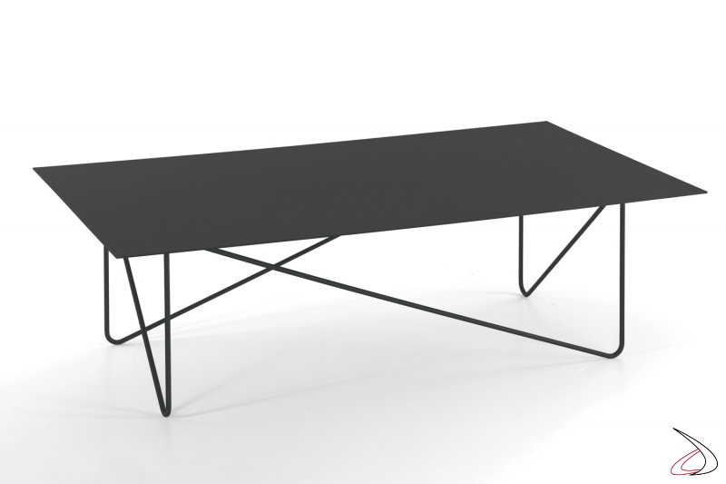 Tavolino rettangolare con piano in vetro nero.