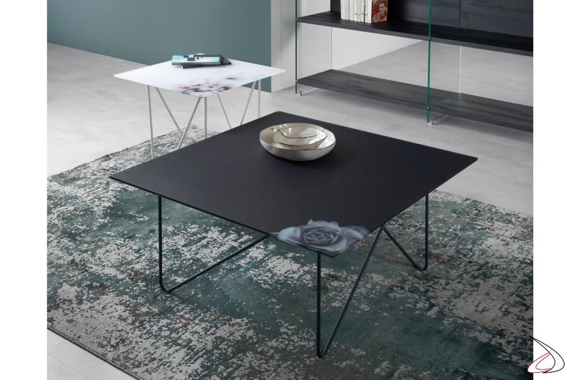 Tavolino quadrato con piano in vetro fiore nero.