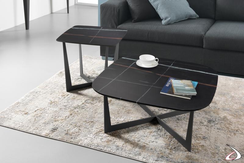Tavolini Stone con piano in vetro decorato.