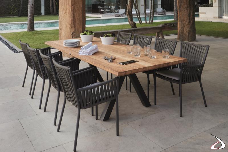 Tavolo Rettangolare Alaska con piano in legno massello di Teak e struttura in alluminio verniciato.