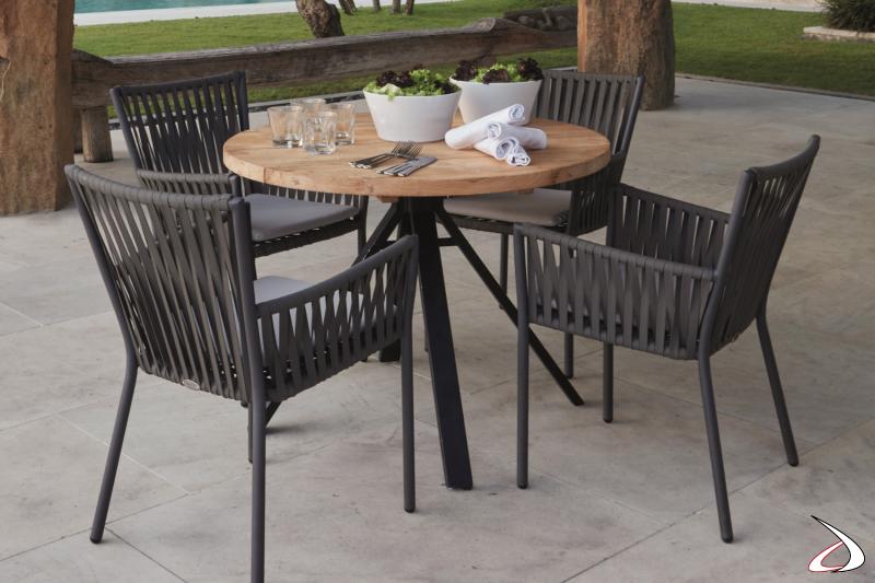 Sedia da giardino in alluminio e intreccio in fibra sintetica.