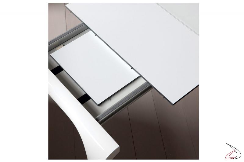 Tavolo moderno con piano in vetro bianco e allunghe in laminato HPL bianco