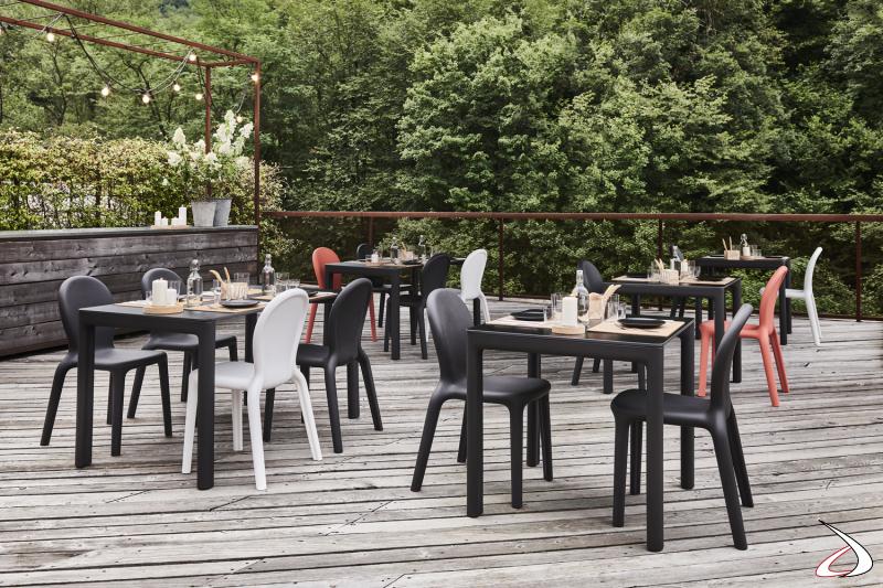 Tavolini e sedie Chloè per l'arredo esterno.
