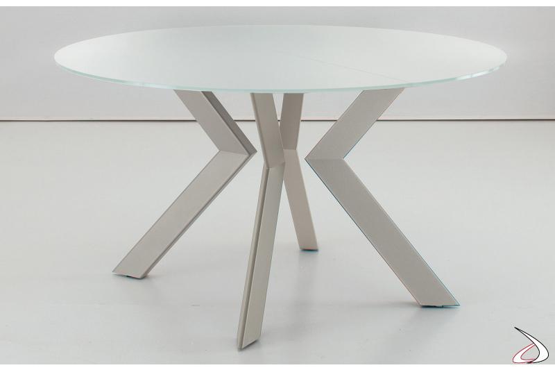 Tavolo di design rotondo con basamento in metallo e piano in vetro