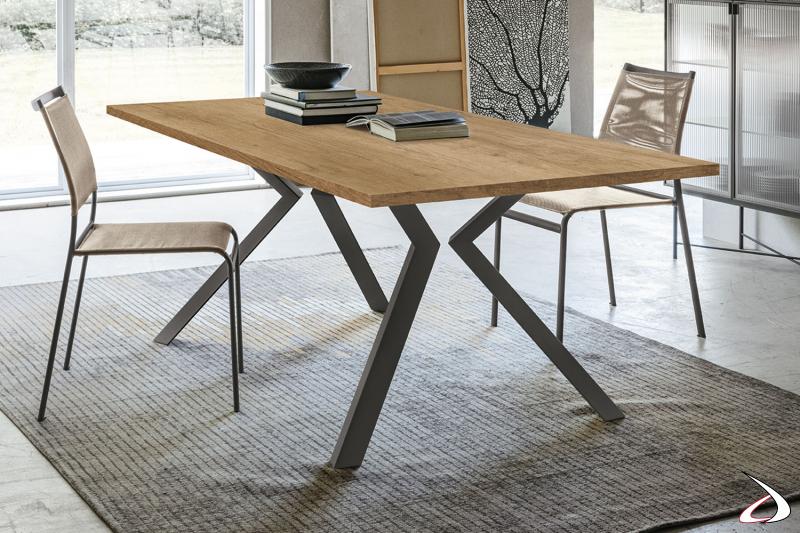 Tavolo moderno con gambe in metallo e piano in legno Gullit