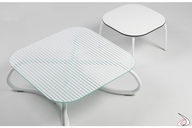 Tavolo Loto Relax bianco da esterno con gambe in tinta in alluminio