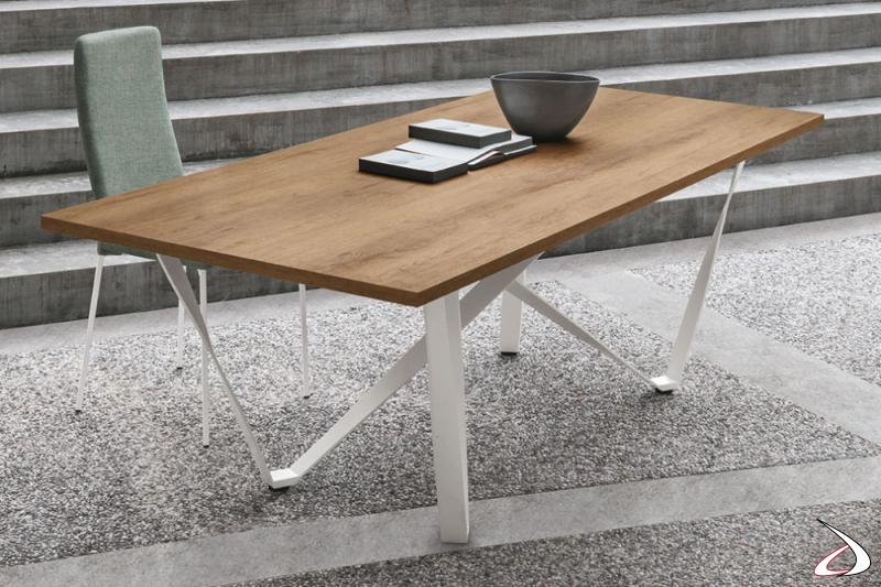 Tavolo moderno con piano in legno e gambe in metallo