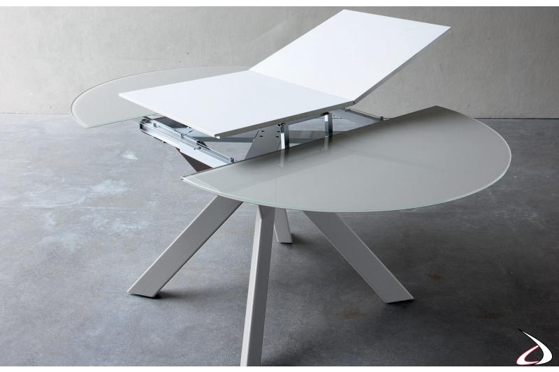 Tavolo moderno allungabile rotondo con piano in vetro e allunga in laminato