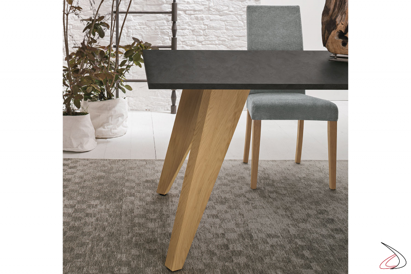 Tavolo con gambe in legno