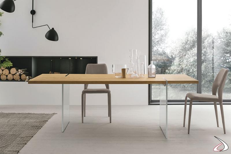 Tavolo moderno con piano in legno e gambe in vetro Fliam
