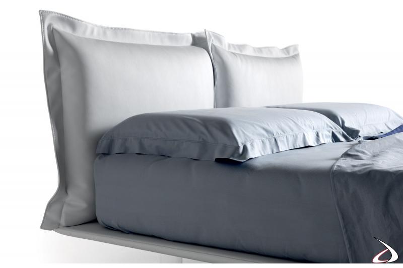 Testiera design a cuscino con cuciture a vista