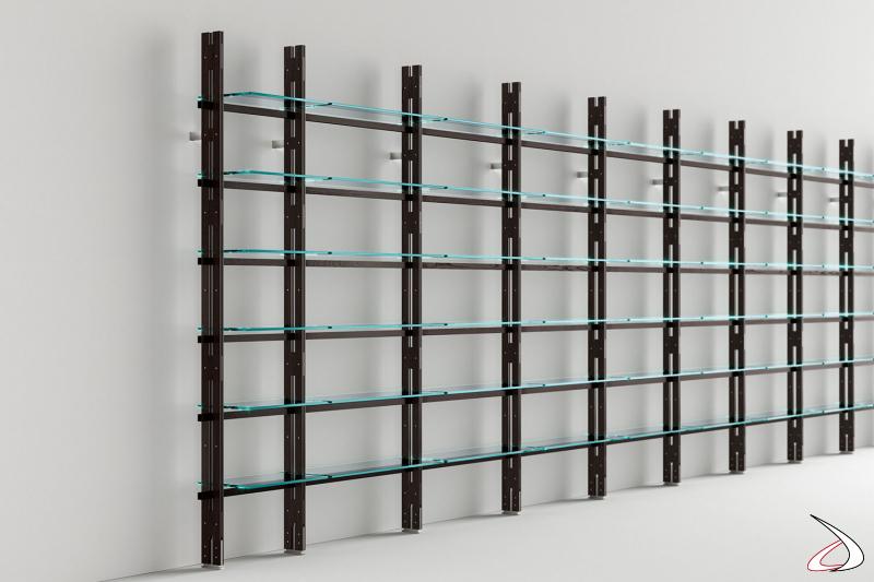 Libreria moderna con struttura in legno massello, composta da montanti e traversi, per fissaggio a muro o a soffitto con ripiani in vetro.