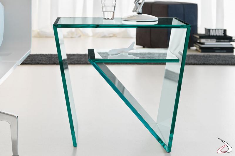 Tavolino moderno dal particolare e stravagante design, caratterizzato dal piano in vetro ripiegato più volte all'interno.