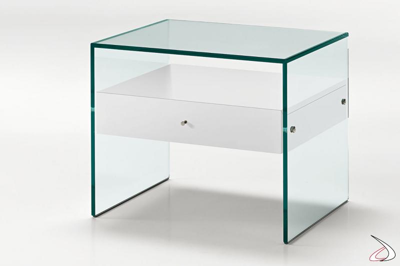 Comodino moderno con struttura realizzata interamente in vetro con un cassetto in laccato bianco.
