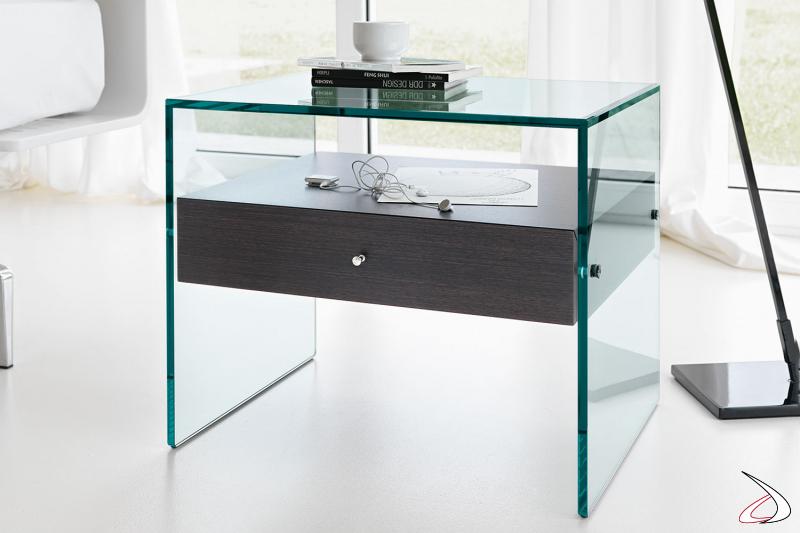 Comodino moderno e di design con struttura esterna realizzata completamente in vetro, e cassetto in wengè.