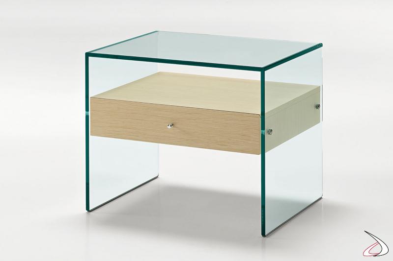 Comodino moderno dal design lineare, con struttura realizzata in vetro e cassetto in rovere.