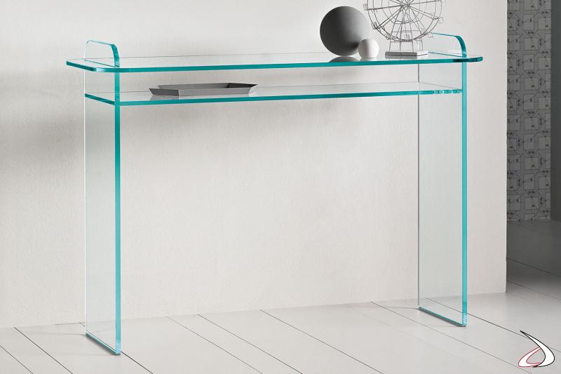 Consolle in vetro, moderna e dal design ricercato. Si caratterizza per i fianchi che intersecano il top e dagli angoli smussati.