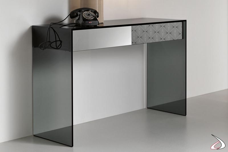 Consoll rettangolare moderna e dal design funzionale. Il piano elegante in vetro racchiude un cassetto in legno laccato nero con frontale a specchio.
