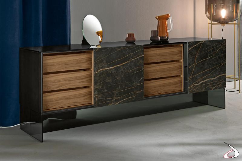Credenza moderna e di design in vetro fumè, caratterizzata da ante scorrevoli in ceramica e cassetti in noce canaletto.