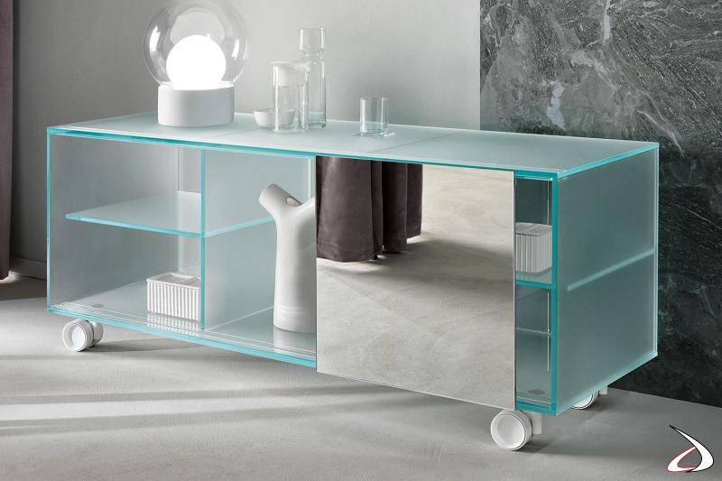 Credenza moderna ed elegante in vetro extrachiaro satinato con anta scorrevole a specchio. Dotata di ruote per facili spostamenti.