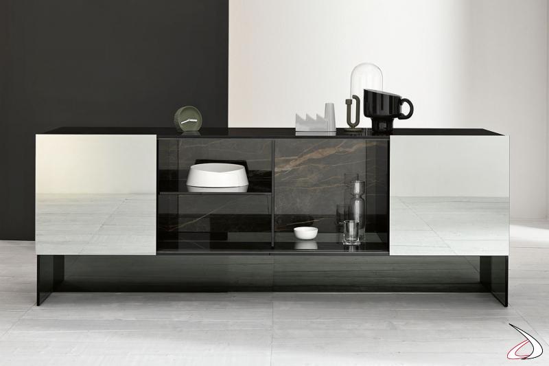 Credenza moderna ed elegante in vetro fumè con ante scorrevoli a specchio e schienale in ceramica.