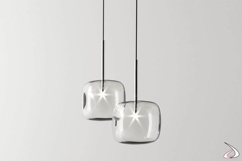 Lampada moderna e di design sospesa, co finitura in cromo lucido.