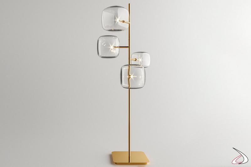 Lampada moderna e di design da terra a luce LED con 4 cubi in vetro pyrex soffiato. Struttura in oro lucido.