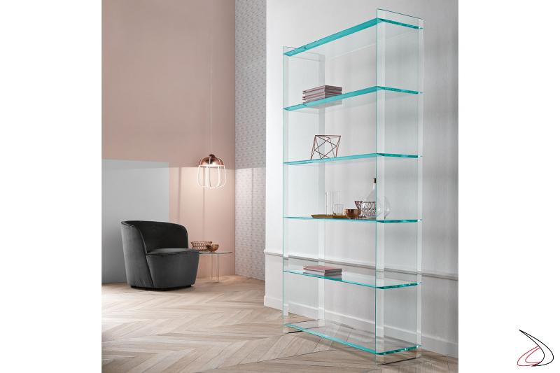 Libreria in vetro con sei ripiani, dal design semplice e versatile, caratterizzato da bordi con bisellatura.