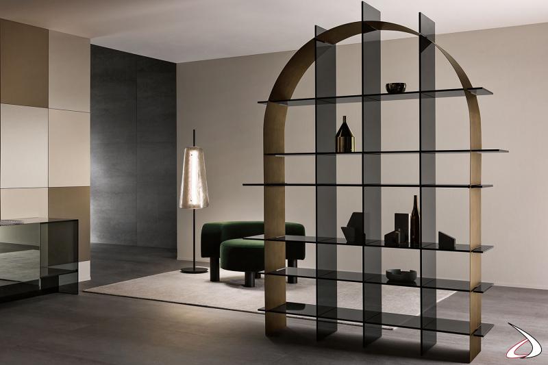 Libreria moderna e di design con ripiani in vetro e lamiera a forma di arco che li interseca.