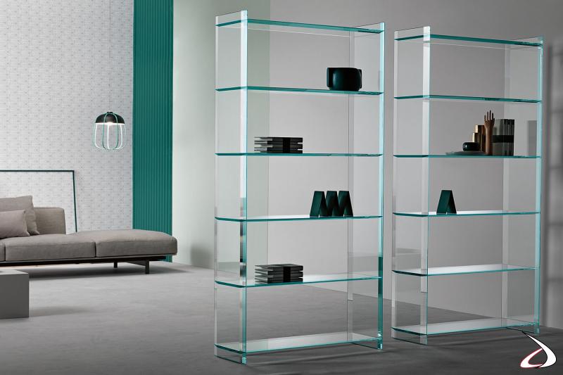 Libreria moderno dal design semplice e versatile in vetro, caratterizzato da sei ripiani con bisellatura dei bordi