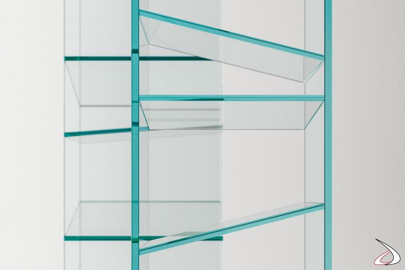 Libreria moderna free standing con ripiani inclinati in vetro.