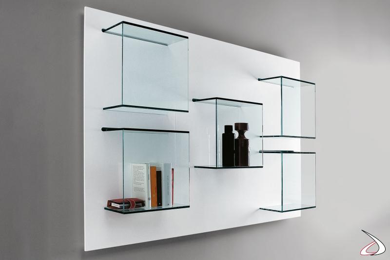 Libreria moderna ed elegante a parete con pannello in laccato bianco opaco e contenitori in vetro.