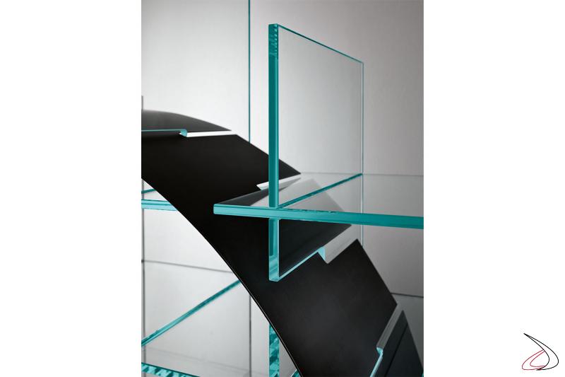 Libreria moderna dal design ricercato, con elementi in vetro che si intersecano con una sottile lamina a forma di cerchio o arco.