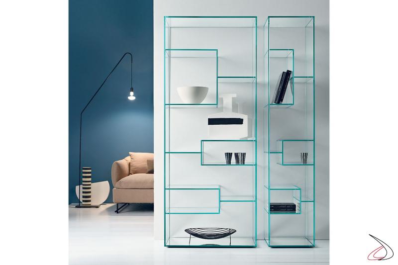 Particolari librerie moderne in vetro dal design lineare, caratterizato dai diversi ripiani e dalla base a specchio.