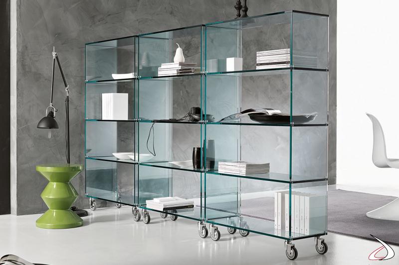 Libreria moderna ed elegante in vetro, si caratterizza per il design minimalista e le ruote per spostare l'arredo con facilità.