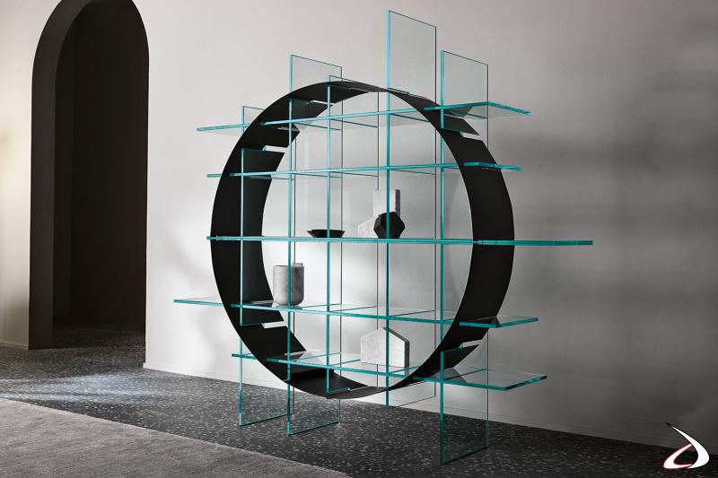 Libreria freestanding moderna con struttura in vetro. Componente geometrica ad incastro realizzata in lamiera sottile nella forma di arco o cerchio.