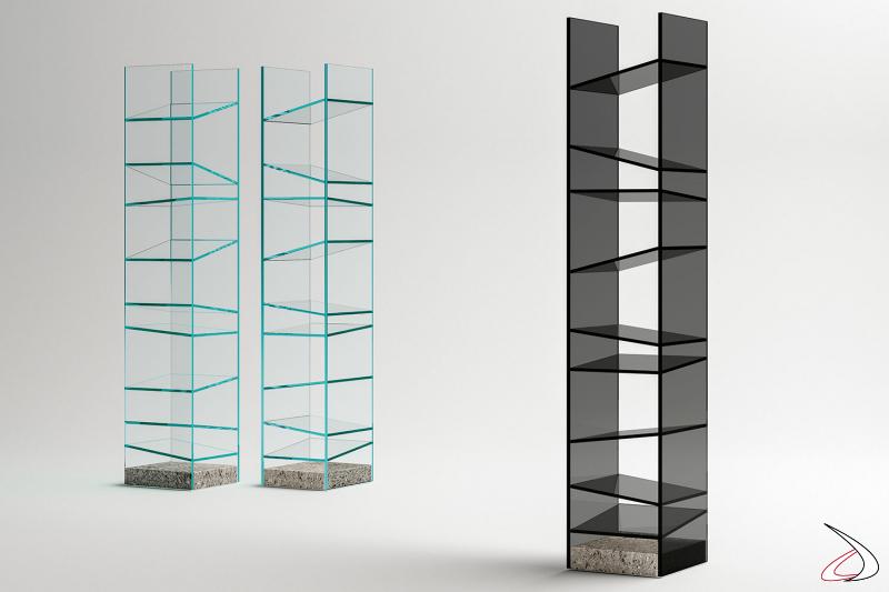 Libreria moderna e di design free standing in vetro con base in granito. Si caratterizza per i articolare ripiani con diverse inclinazioni.