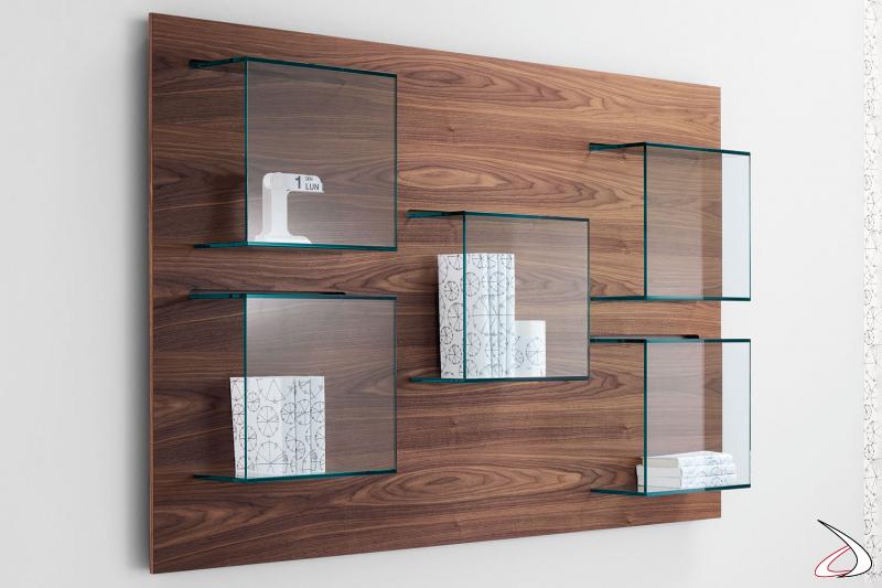 Libreria moderna e di design a parete con pannello in noce canaletto e contenitori in vetro.