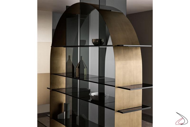Libreria moderna e di design con lamiera a forma di arco che si interseca con gli elementi in vetro fumè.