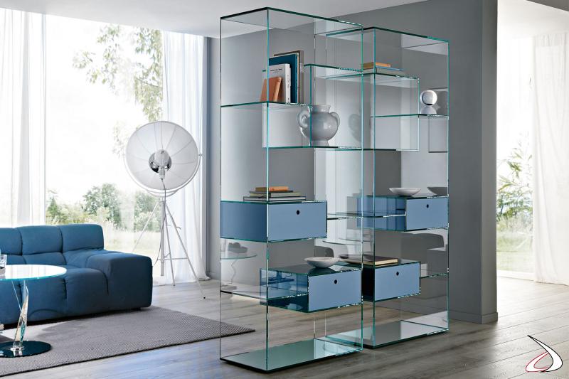 Libreria moderna in vetro con ripiani e base a specchio. Disponibile con optional cassetti.