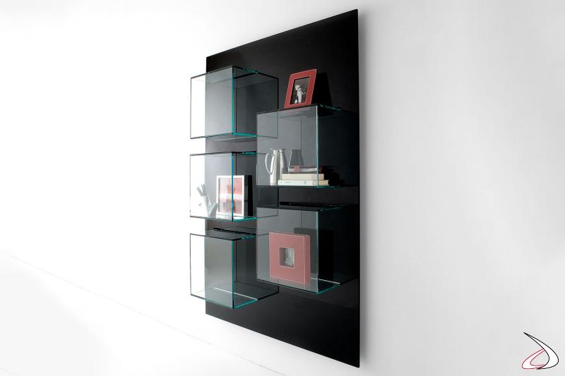 Libreria moderna e di design che si caratterizza per il fissaggio a parete con pannello in laccato nero opaco e contenitori in vetro.