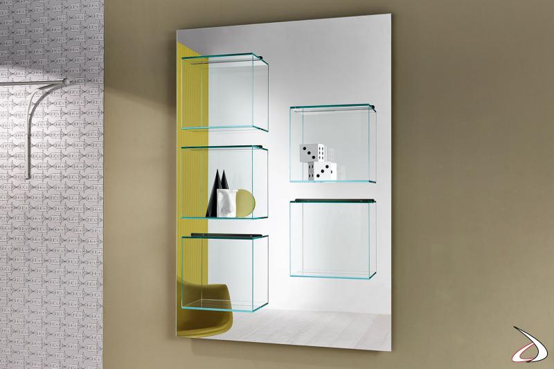 Libreria moderna e di design a parete con pannello a specchio e contenitori in vetro.
